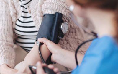 Anziani ipertesi: quali sono i rischi in estate? icare iCare – Servizi a domicilio per anziani e disabili ipertensione 400x250
