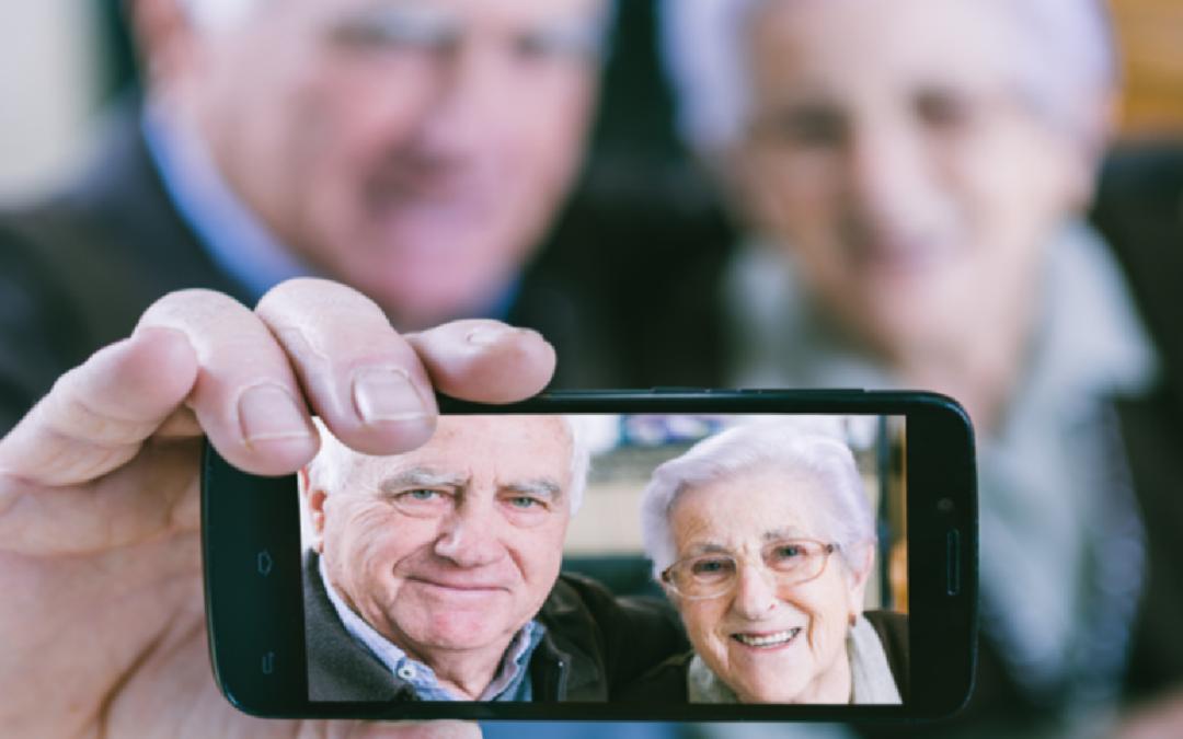 Tecnologia: boom di smartphone tra gli anziani